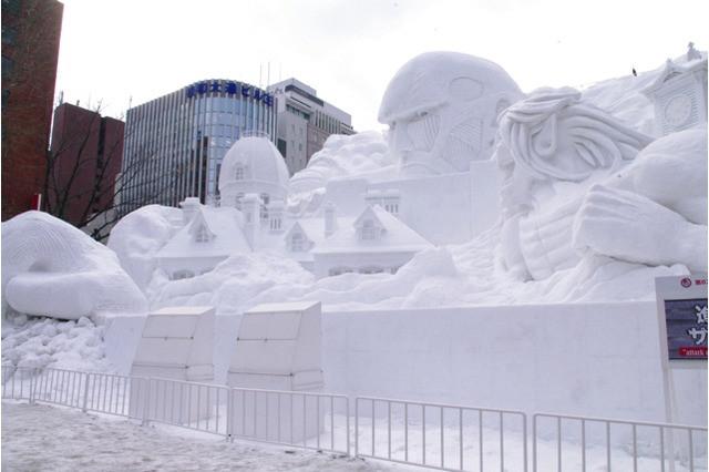 Bohaterowie anime Attack on Titan wyrzeźbieni w śniegu na Festiwalu Śniegu w Sapporo