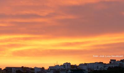 Un aviso amarillo por calima en Canarias con color naranja al amanecer de hoy viernes 30 de diciembre / Fotos: José Luis Sandoval