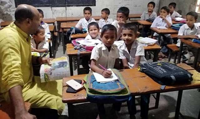 বিদ্যালয়ে শিক্ষার্থীদের ক্লাস নিলেন উপজেলা চেয়ারম্যান