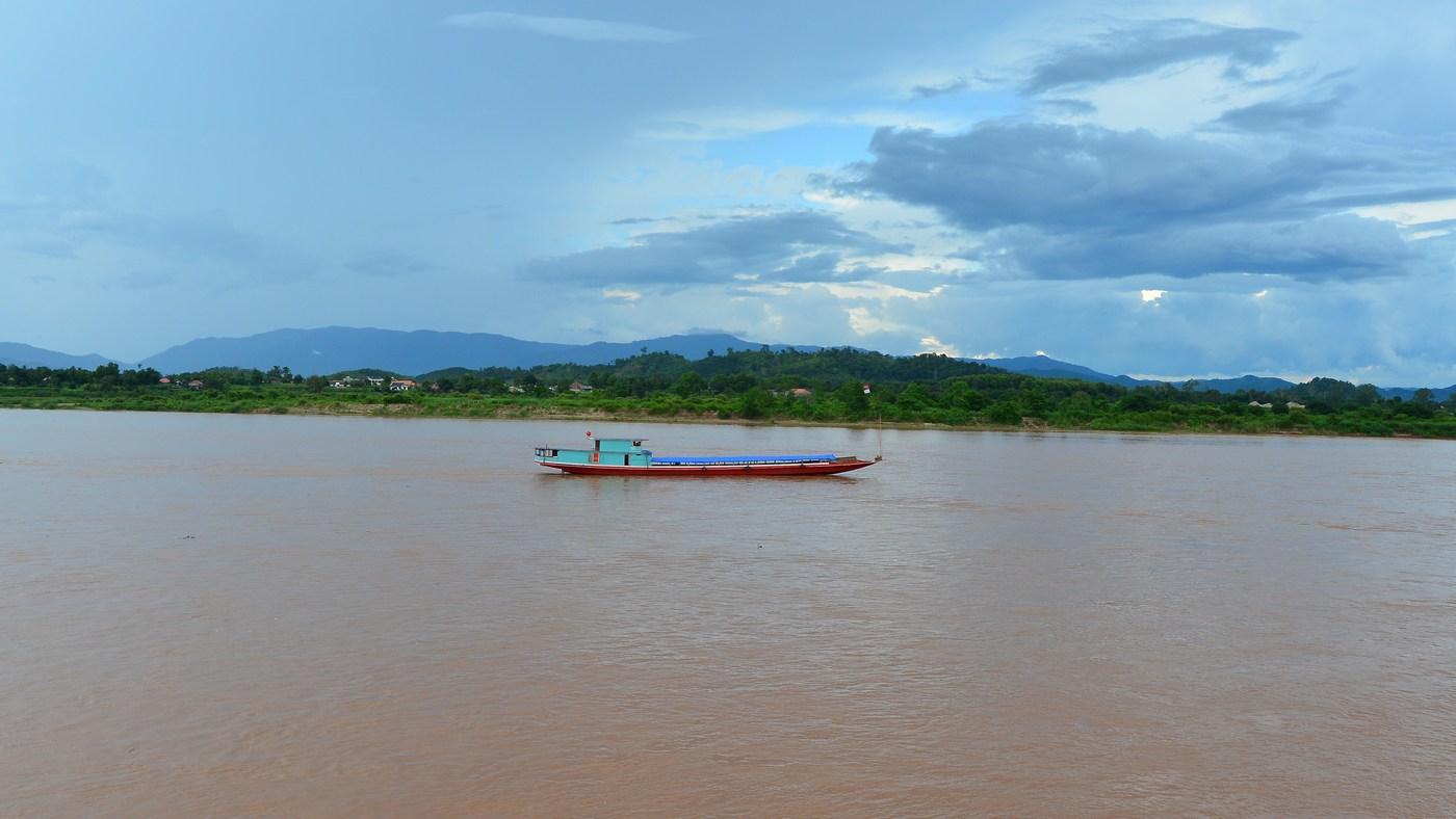 De l'autre coté du fleuve, le Laos. Le Mékong, dont dépendent 90 millions d'habitants, est menacé par la pollution et la multiplication des barrages.