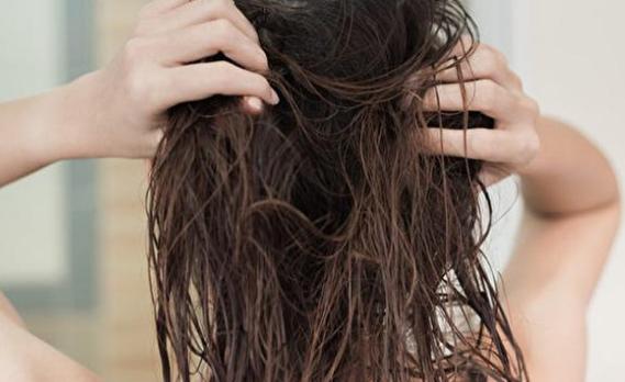 Mitos Atau Fakta Berbahaya Tidur Dengan Rambut Basah?