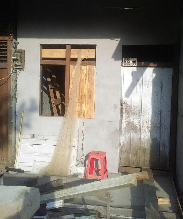 Rumah setelah di perbaiki dan belum di cat oleh bhabinkamtibmas Desa Sungai Ringin.