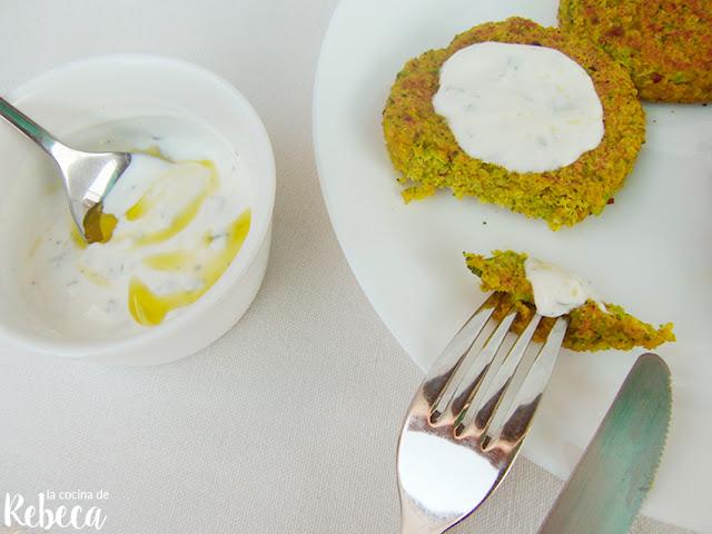 Hamburguesa de quinoa con salsa de yogur