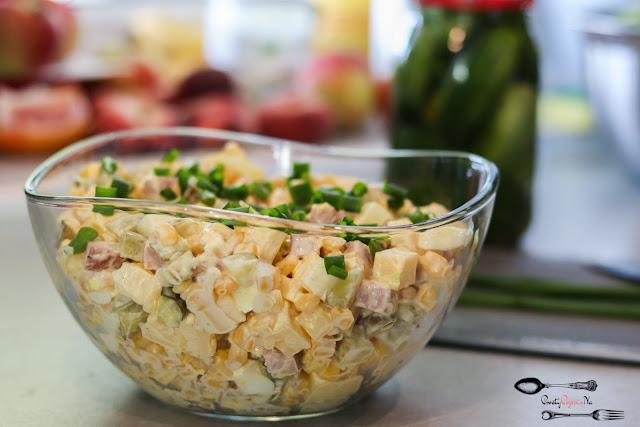 sałatki, dobra sałatka, imprezowa sałatka, sałatka z szynką, sałatka z żółtym serem, sałatka z ogórkiem kiszonym, sałatka z kukurydzą,