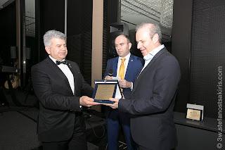 Ο Κυβερνήτης Κωνσταντίνος Κρητικός δίνει αναμνηστική πλακέτα σε μέλος του Δ.Σ. της Ophthalmica