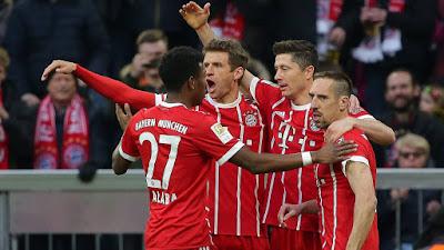 Jogadores comemoram gol de Muller (Foto: Gallerie Bayern)