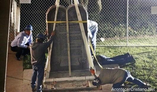Retiran monumento de los Diez Mandamientos