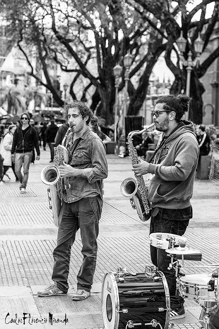 Musicos de jazz callejeros en Recoleta.B&N