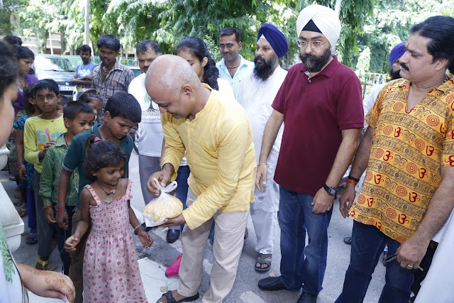 Mr. Harpreet Singh and Shri Somnath Bharti distributing foods