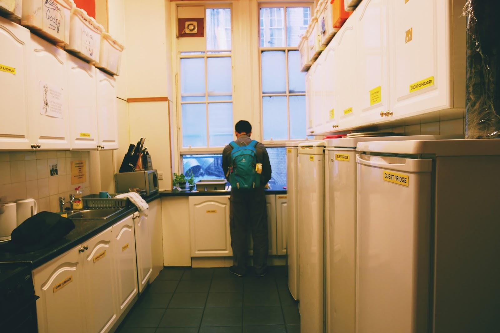 Cuci Piring di Dormitory Hostel