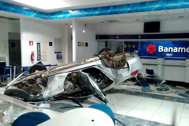 Auto chocado termina en el interior de la sucursal Banamex
