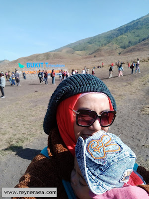 bukit teletubbies bromo bersama bayi dan anak