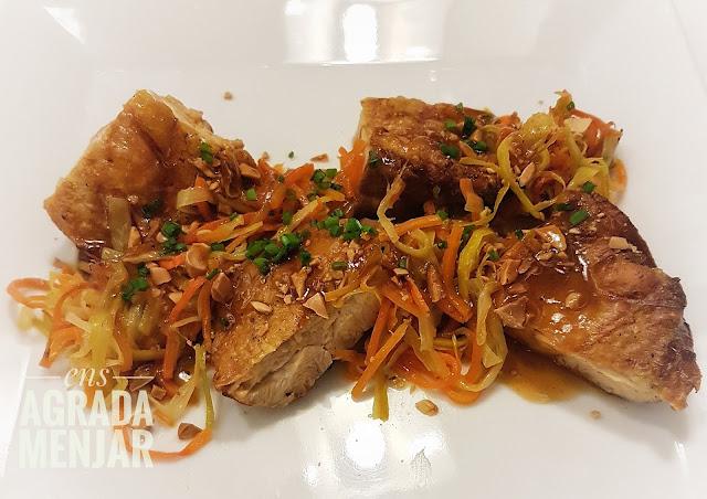 pollastre de corral amb verduretes i salsa d'ametlles