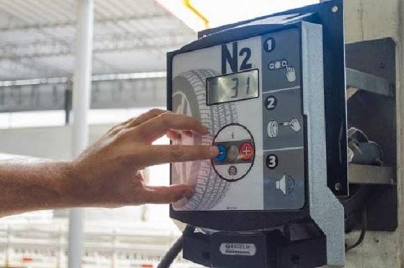 Calibrar os pneus com ar comprimido ou com nitrogênio?