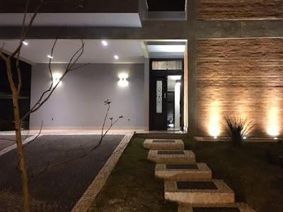 A porta social tem desenho de linhas mais clássicas, em contraste com as linhas mais contemporâneas do restante da fachada, igualmente agraciada com efeitos luminosos que se destacam quando o sol se põe *.