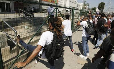 Marginais tentando derrubar grades do shopping jardim guadalupe