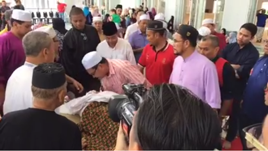 SM Salim's body was laid to rest at Muslim Cemetery Jalan Ampang in Kuala Lumpur