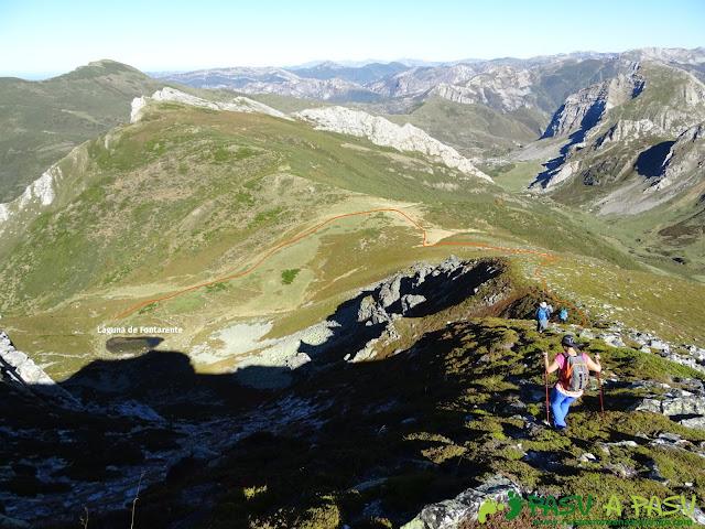 Ruta al Cornón por el Valle los Cereizales: Bajando a la Laguna Fontarente desde Pena Bermeja