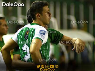 Oscar Ribera recibe órdenes de Mauricio Soria en el partido entre Oriente Petorlero y Royal Pari - DaleOoo