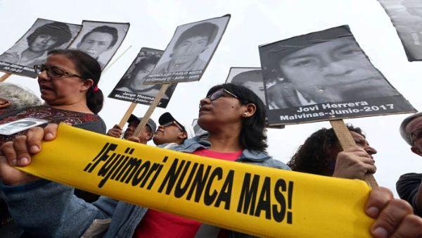 Peruanos se movilizan contra indulto a Alberto Fujimori
