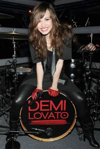 Foto de Demi Lovato de negro