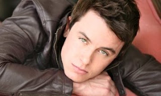 Ryan Kelley posando