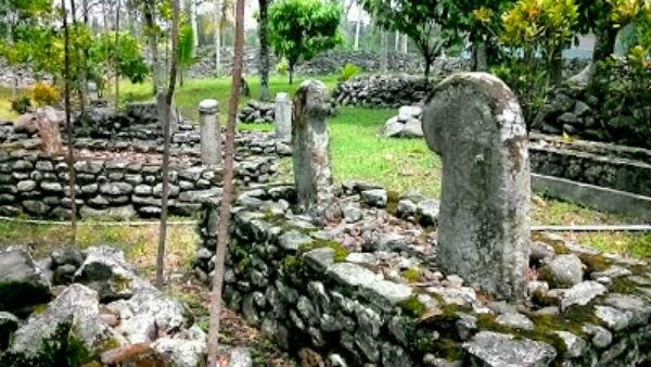 Nisan bercorak Menhir di Komplek Makam Balerong Sati
