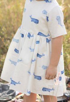 1765f765a9796 يجب أن يراعي المصمم عند صنع الملابس أن تكون ذات مواصفات تناسب مع مراحل النمو  حتى تفي بحاجة الطفل السيكولوجية والفسيولوجية.