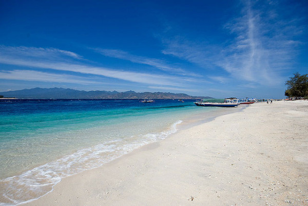 Pantai biru berpasir putih di Gili Trawangan