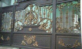 Model Pintu Gerbang Besi Tempa Klasik yang Mewah dan Kokoh, membuat rumah menjadi lebih menarik dengan desain Gerbang Klasik yang Elegan