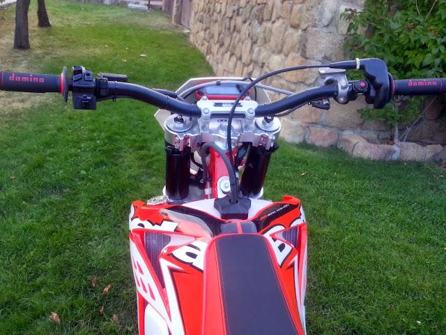 Beta RR 300. Regulacion de manillar y mandos en la moto de enduro.