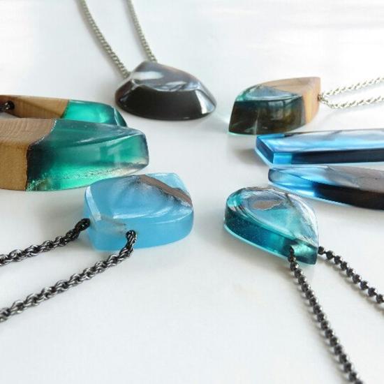 berbagai pernak pernik kalung unik dari epoxy resin