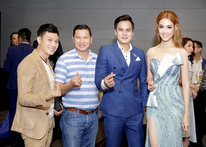 Từ phải sang: Hoa hậu du lịch Phan Thị Mơ - NTK Phi Nguyễn - PV Thanh Tú - NTK Ngô Nhật Huy.