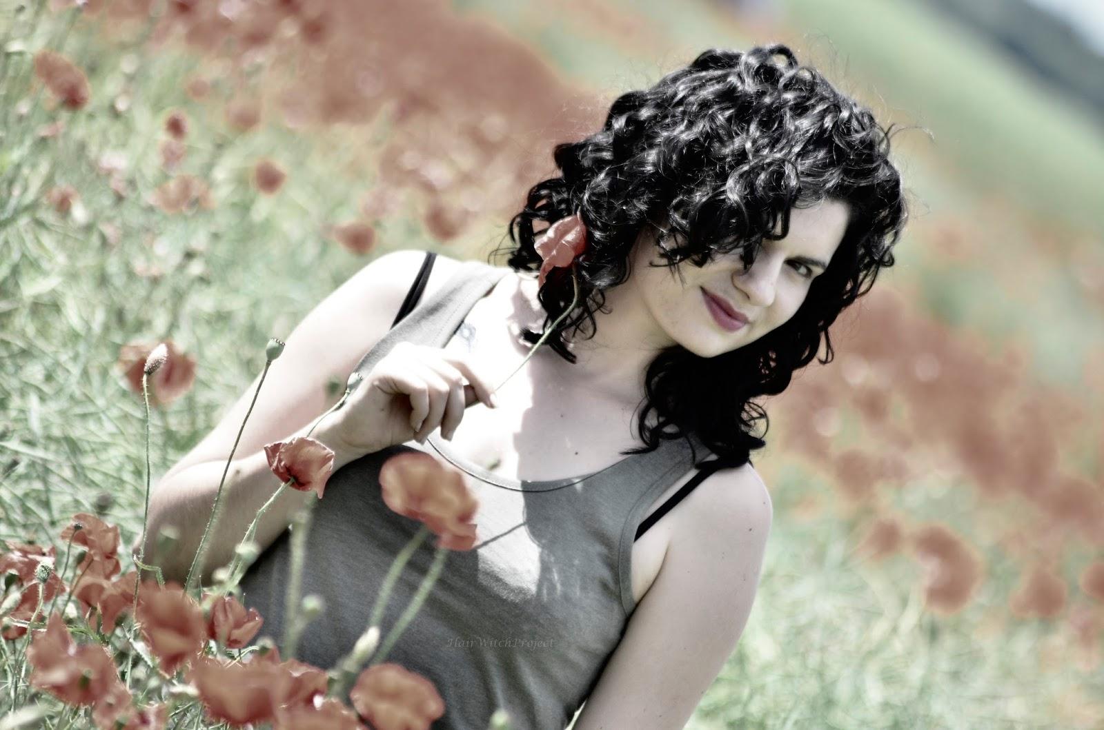 loki | włosy | kręcone | czarne | lato | łąka | maki