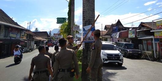 Satpol PP Kota Padang Tertipkan APK Caleg 'Nakal' yang Rusak Pemandangan