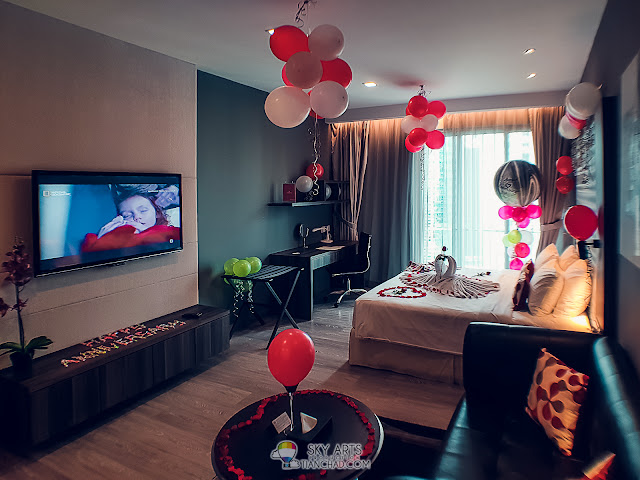 The room looks so much more colorful with the addition of balloons and creative towel decorations