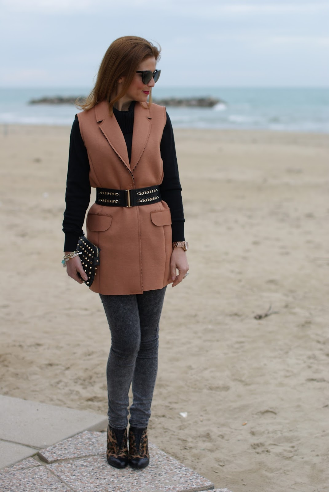 How to spice up a simple outfit with a camel sleeveless jacket on Fashion and Cookies fashion blog, fashion blogger style