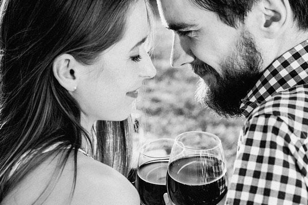 marido e mulher com taça de vinho nas mãos