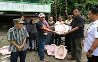 Pemerintah Desa Lamakkarasseng Bagi-bagi Kloset Untuk Warga