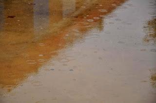 Das große Becken des Mühlenradbrunnens - leider nur Regenwasser