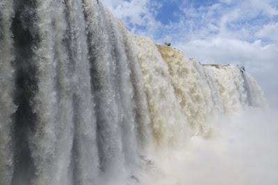 Foto bem perto de uma das cachoeiras imensas de Foz do Iguaçu. Muita água, muita neblina, o que é fatal para câmeras desprotegidas da água