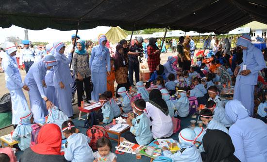 LOMBA MENGGAMBAR :  Selebrasi INDONESIA JAYA 2017 (16/11) di Lanud Supadio diisi banyak kegiatan menarik untuk anak anak seperti lomba mewarnai dan menggambar. Foto Kapentak Danlanud Supadio
