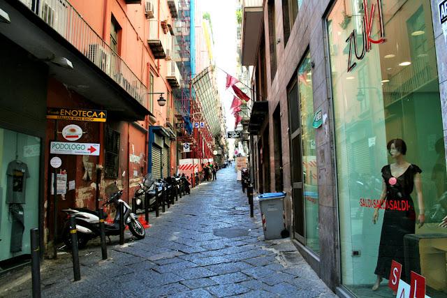 vie centrali, negozi, quartieri spagnoli Napoli, moto