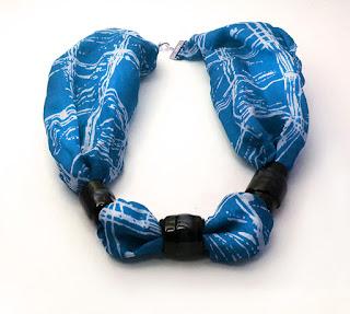 Bijoux de créateur en soie et céramique bleu et noir