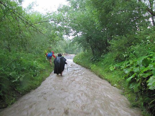 Czy to koryto rzeki, a może jednak droga?
