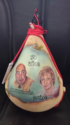 Retrato de pareja en una bota de vino