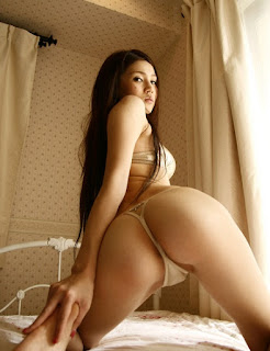 Pose seksi Ameri memperlihatkan kemolekan tubuhnya