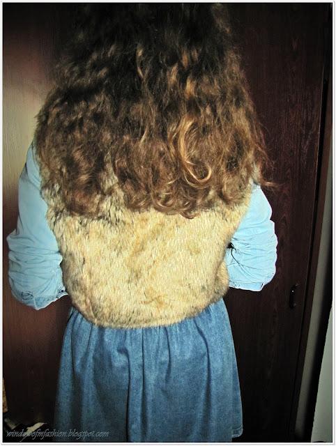 Futrzana kamizelka, jeansowa koszula i jeansowa spódniczka