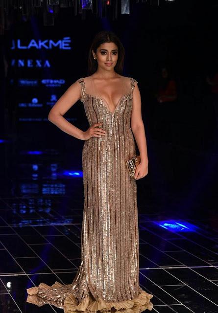 Shriya Saran Hot At Lakme Fashion Week 2017
