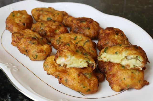 Buñuelos de patata y langostinos